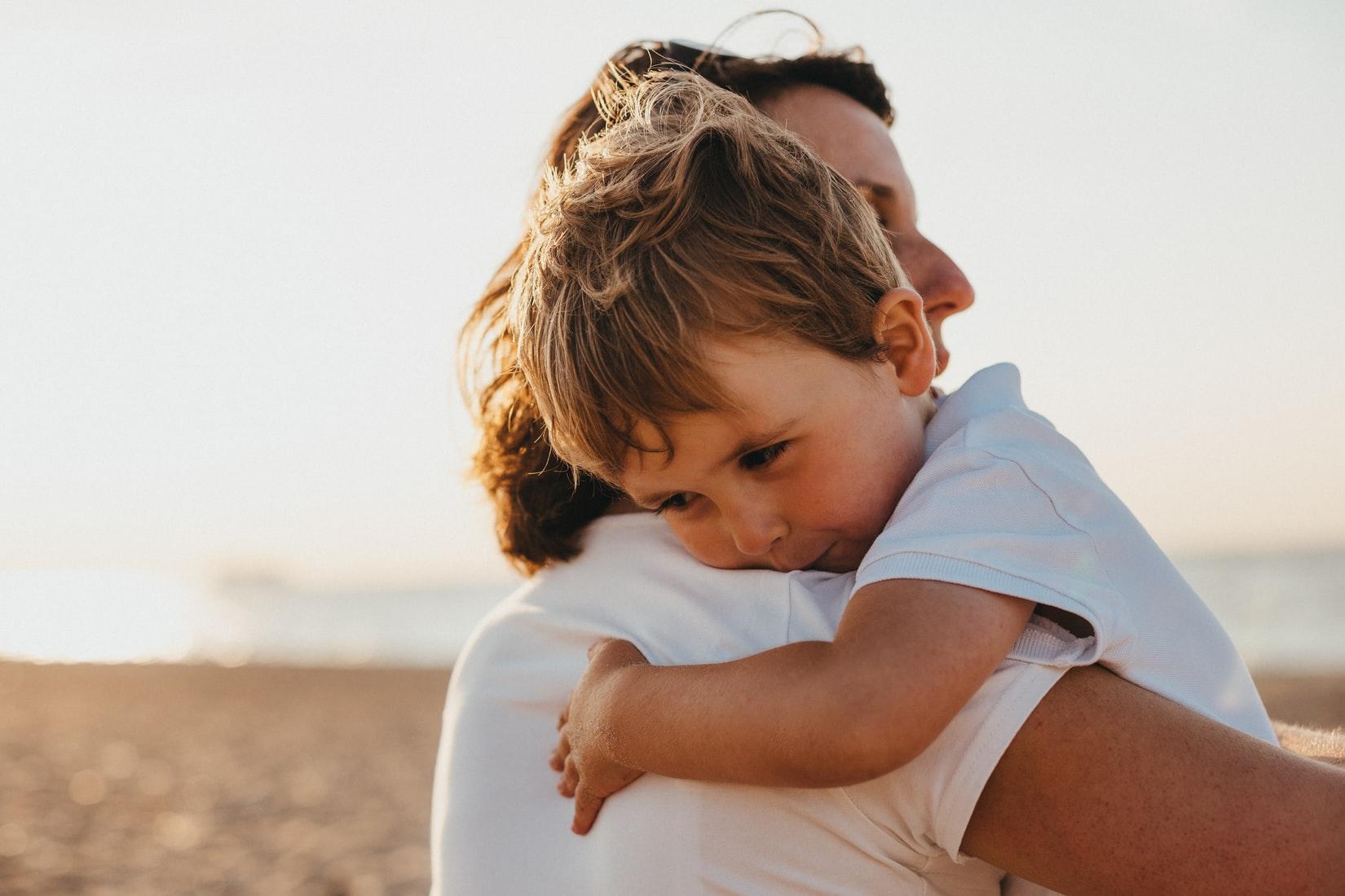 子どもを抱くママ