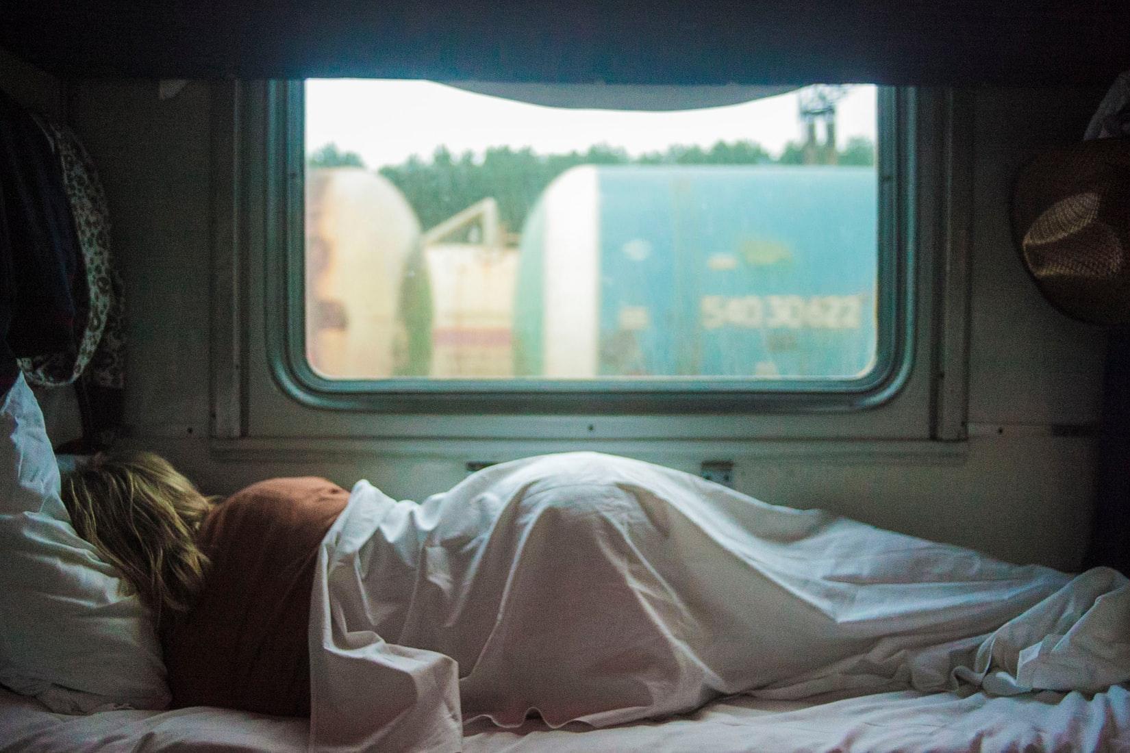 睡眠不足で寝込む女性